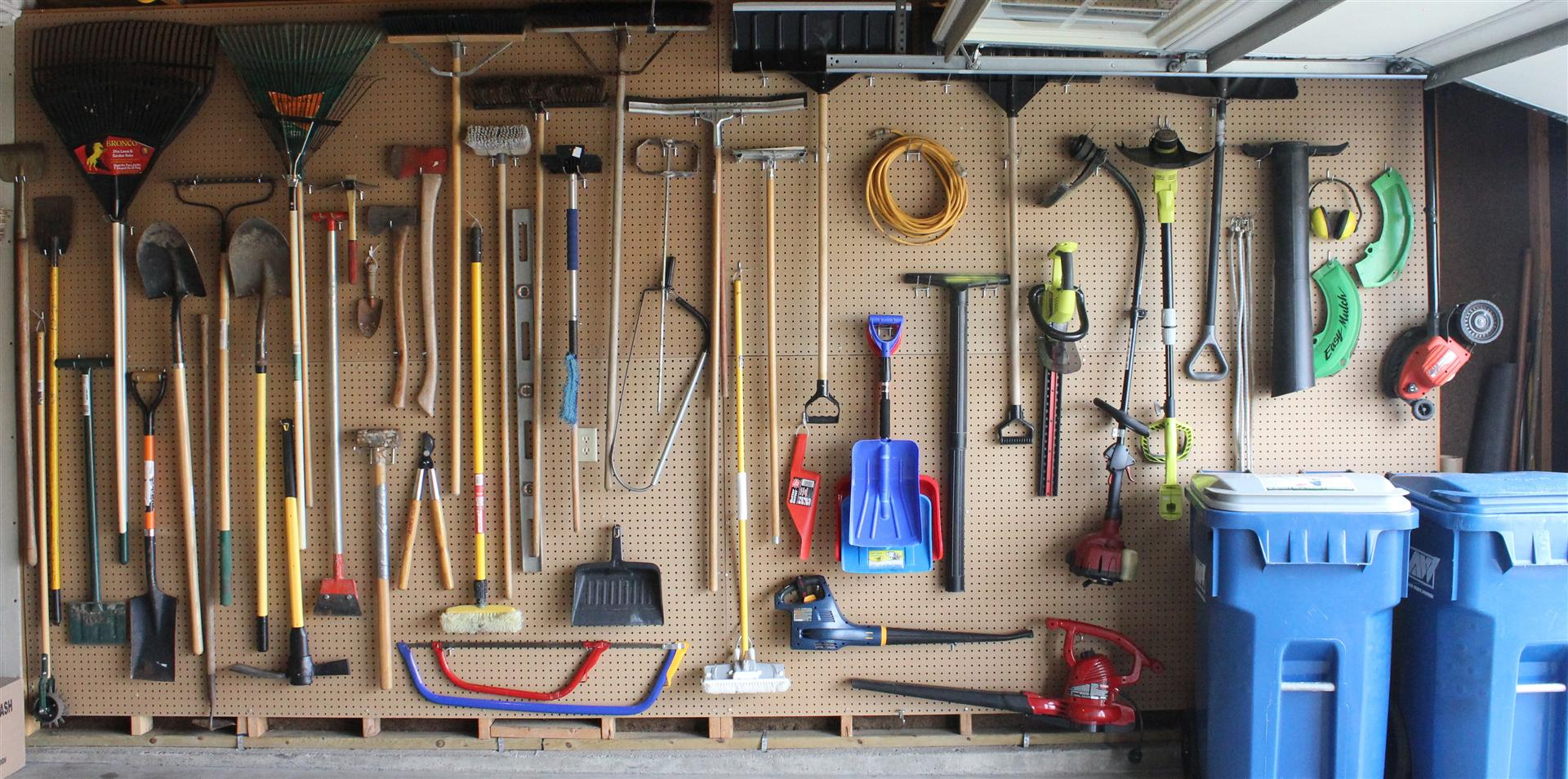 10 easy ways to upgrade your garage in 1 weekend - Armoire de rangement pour garage ...