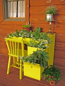 11 creative container gardening ideas- desk